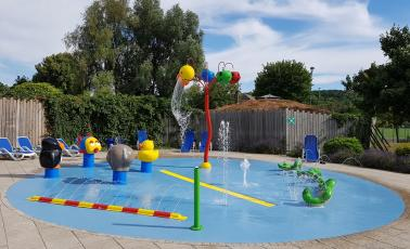 Spray park met waterspeeltoestellen